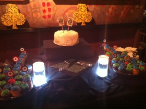 Final product, plus the super cute custom King & Queen Card cake toppers!